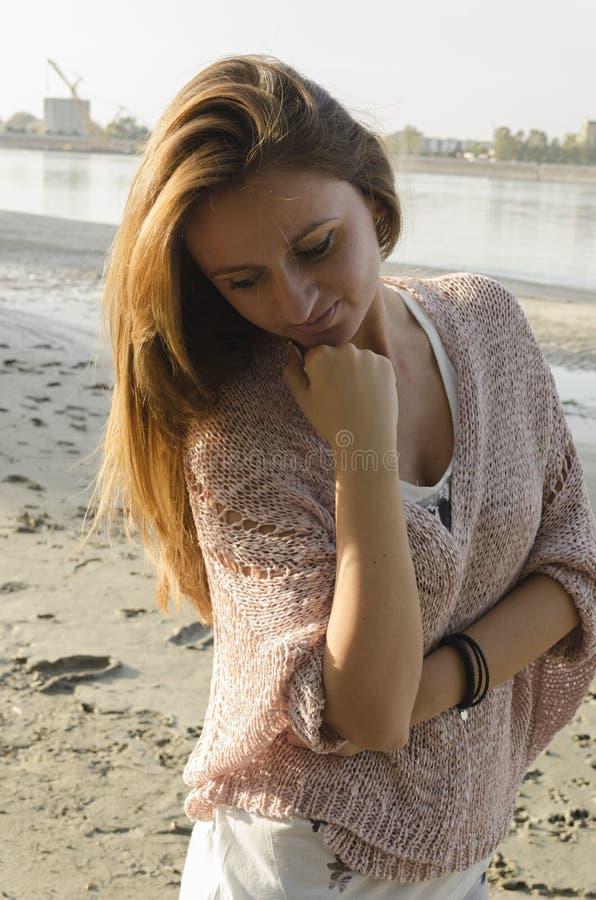 Anseende för ung kvinna nära floden royaltyfri foto