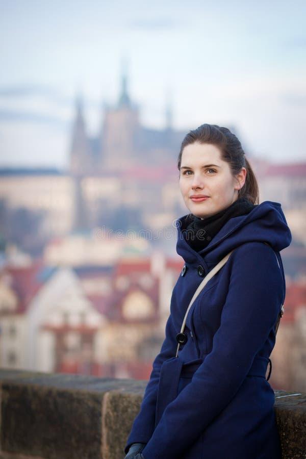 Anseende för ung kvinna på Charles Bridge i Prague royaltyfria foton