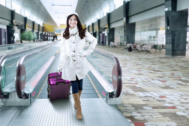 Anseende för ung kvinna på flygplatshallet royaltyfria bilder