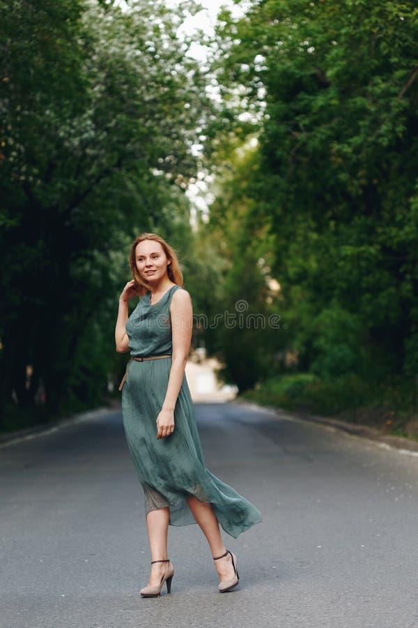 Anseende för ung kvinna på vägen fotografering för bildbyråer