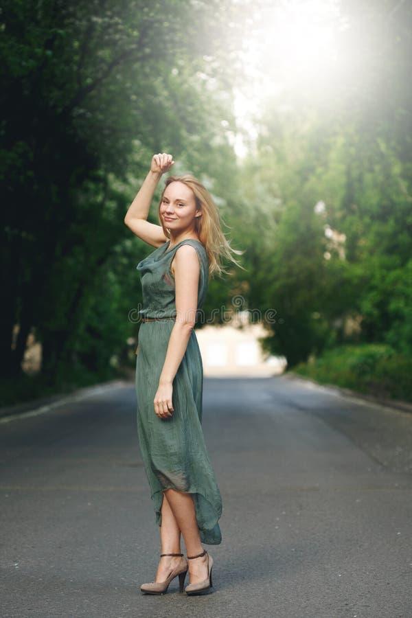 Anseende för ung kvinna på vägen arkivfoto