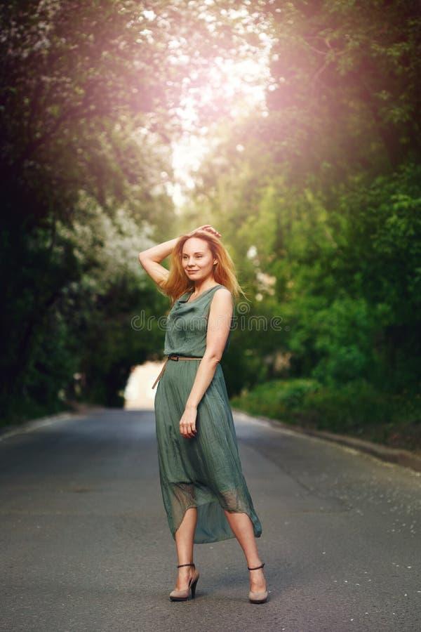 Anseende för ung kvinna på vägen royaltyfria foton