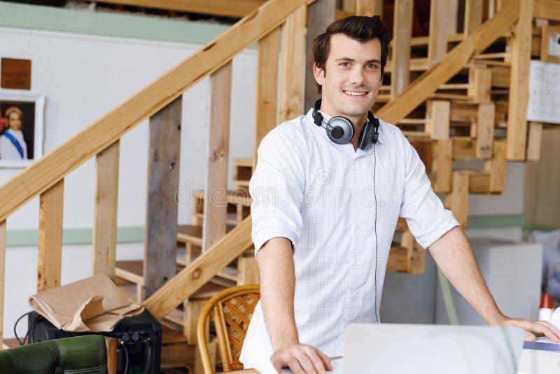 Anseende för ung man i idérikt kontor fotografering för bildbyråer