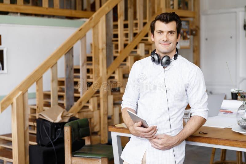 Anseende för ung man i idérikt kontor arkivfoto