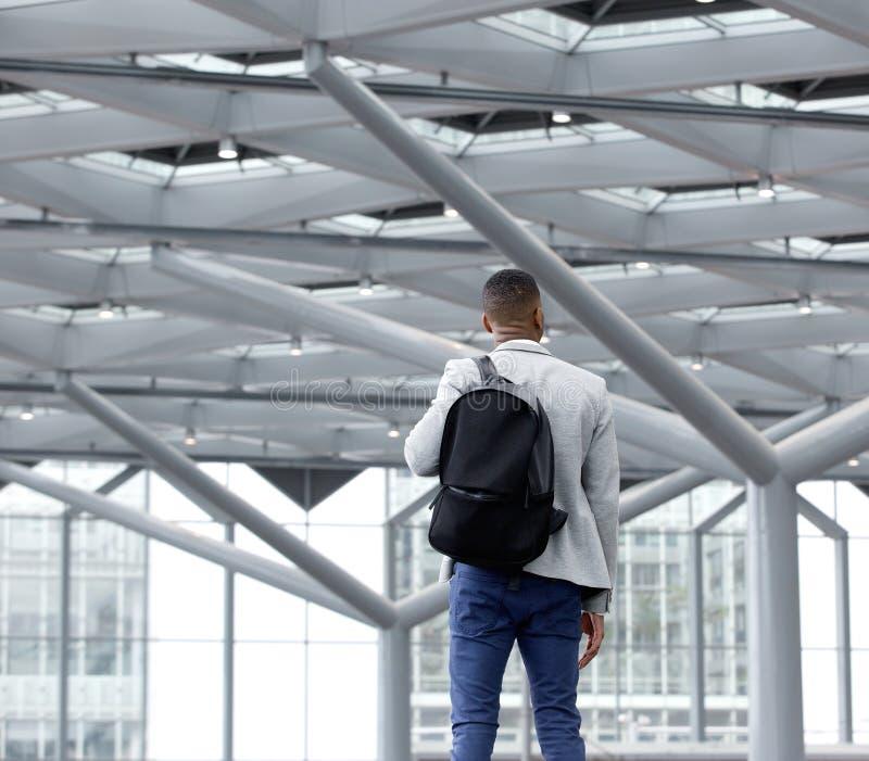 Anseende för ung man i tom flygplats royaltyfri fotografi