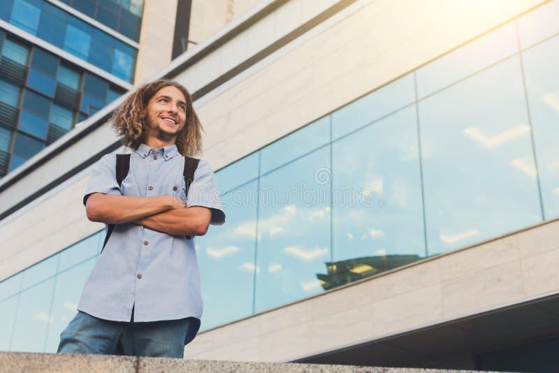 Anseende för ung man på det moderna kontoret royaltyfri fotografi