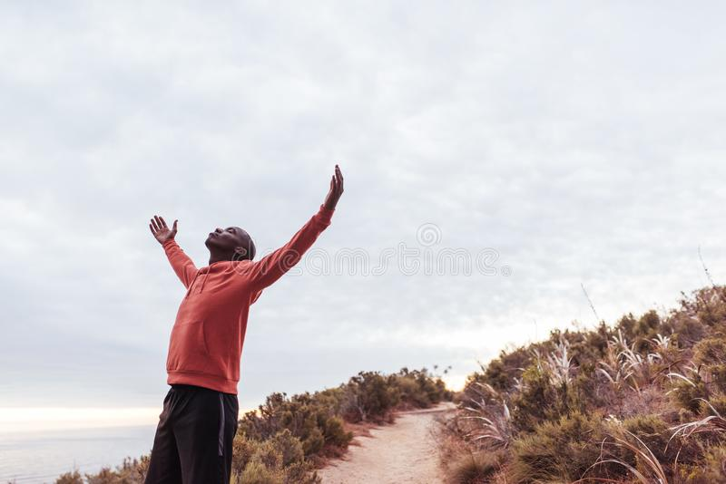 Anseende för ung man på en slinga som omfamnar utomhus naturen arkivbild