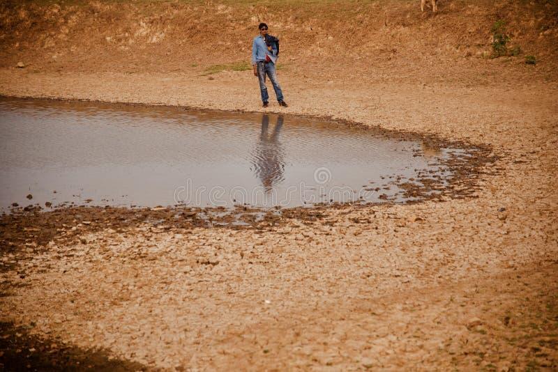 Anseende för ung man runt om ett unikt foto för dammområde royaltyfria bilder