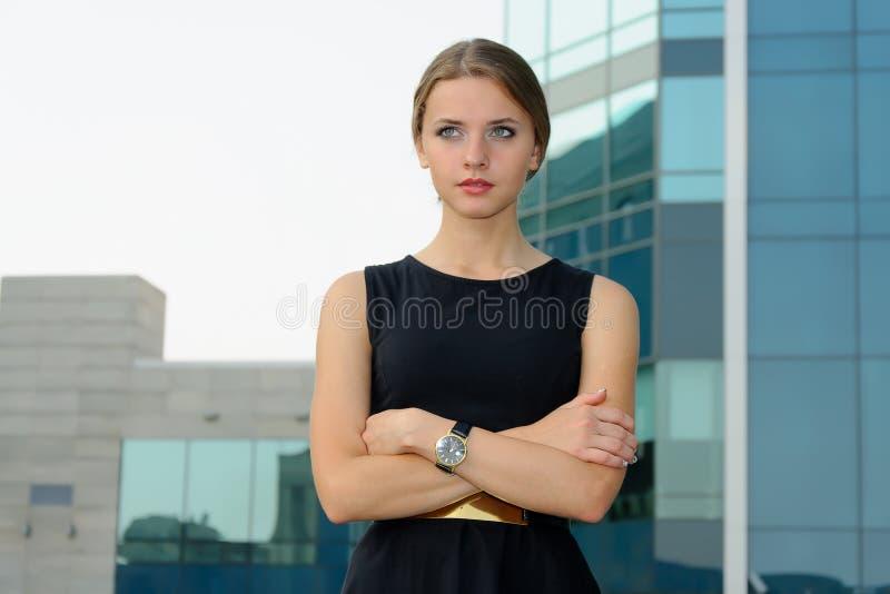 Anseendet för affärskvinna korsade henne armar arkivbild