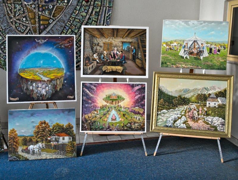 Ansehende kleine Malereiausstellung in der Halle lizenzfreie stockbilder