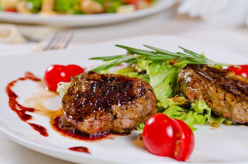 Ansehnlicher Überzug des gebratenen Fleisches mit Veggies lizenzfreie stockfotografie