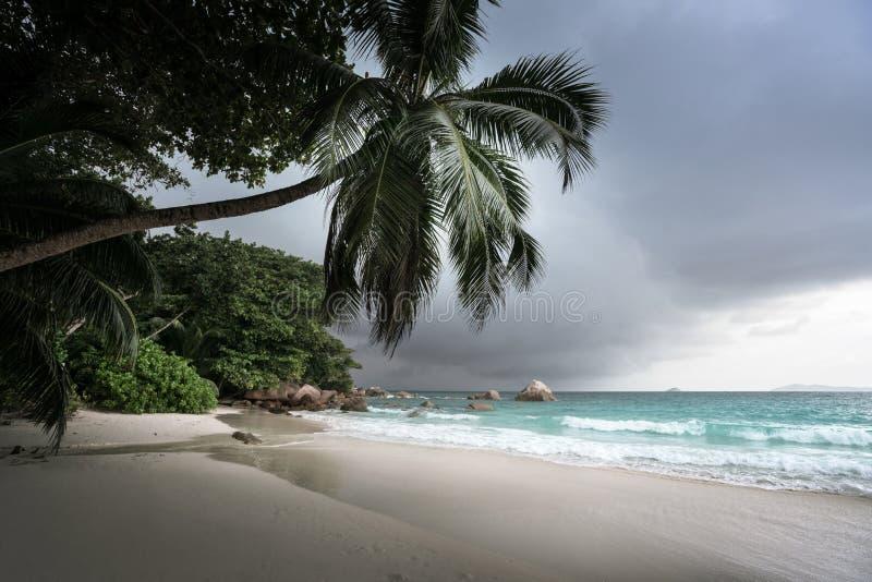 Anselazio strand na regen, Praslin-eiland royalty-vrije stock afbeeldingen