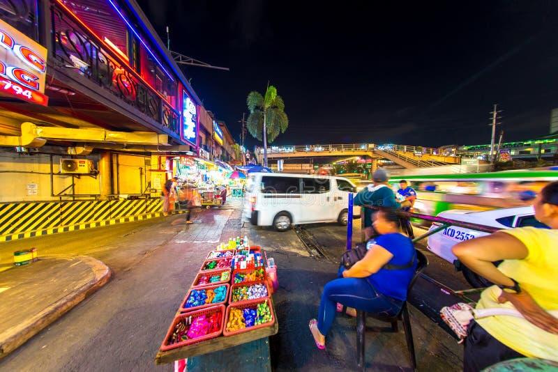 Ansicht über Alltagsleben in Manila nachts lizenzfreie stockfotos