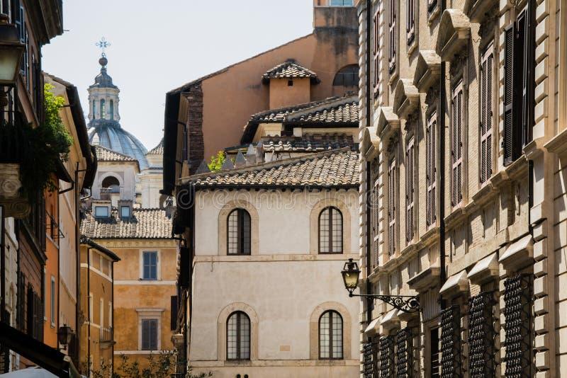 Ansicht über alte Fassaden und Dächer von italienischen Häusern und von Kathedrale lizenzfreie stockfotografie