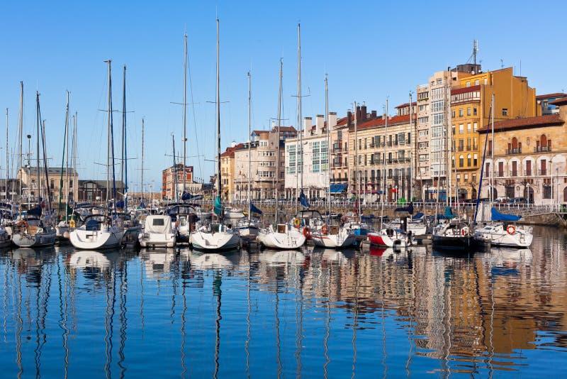 Ansicht über alten Hafen von Gijon und von Yachten, Asturien, Nord-Spanien lizenzfreie stockfotografie