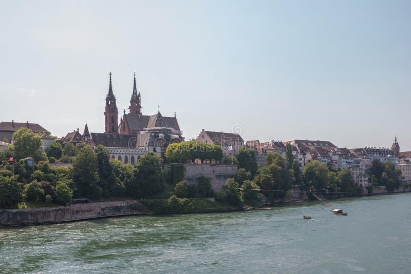 Ansicht über Basel-Stadt und Fluss Rhein, die Schweiz Leuteschwimmen im Wasser lizenzfreie stockfotografie