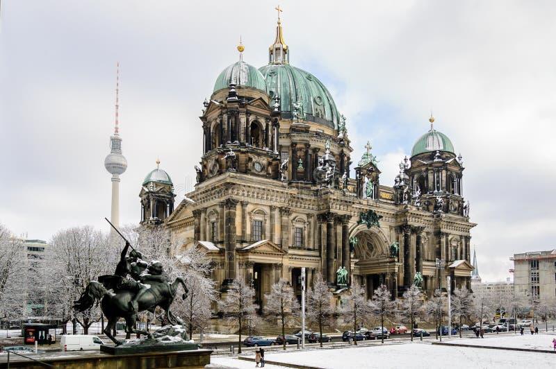Ansicht über Berlin Dom von der Statue des alten Museums lizenzfreie stockfotografie