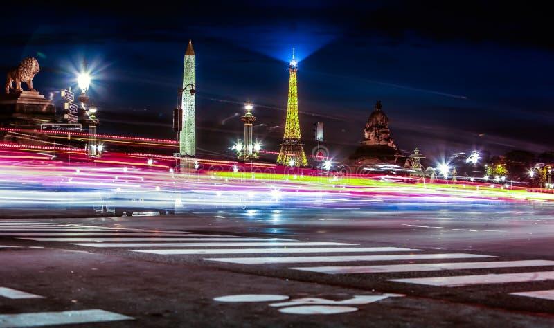 Ansicht über Bewegungsunschärfe auf Hintergrund des Luxor-Obelisken und -Eiffelturms in der Nacht lizenzfreie stockbilder