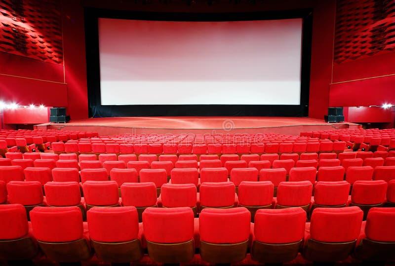 Ansicht über Bildschirm durch Reihen der Stühle im Kino lizenzfreie stockbilder