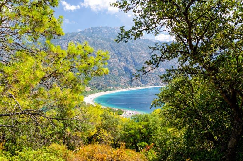 Ansicht über blaue Lagune in Oludeniz in der Türkei lizenzfreies stockbild