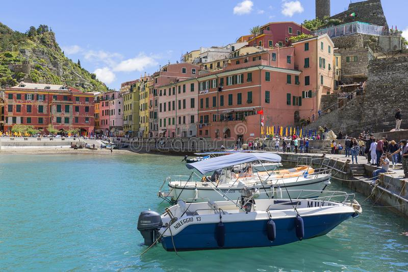 Ansicht über Bucht des Wassers mit festgemachten Booten und typischen bunten Häusern im kleinen Dorf, Vernazza, Cinque Terre, Ita lizenzfreie stockfotos