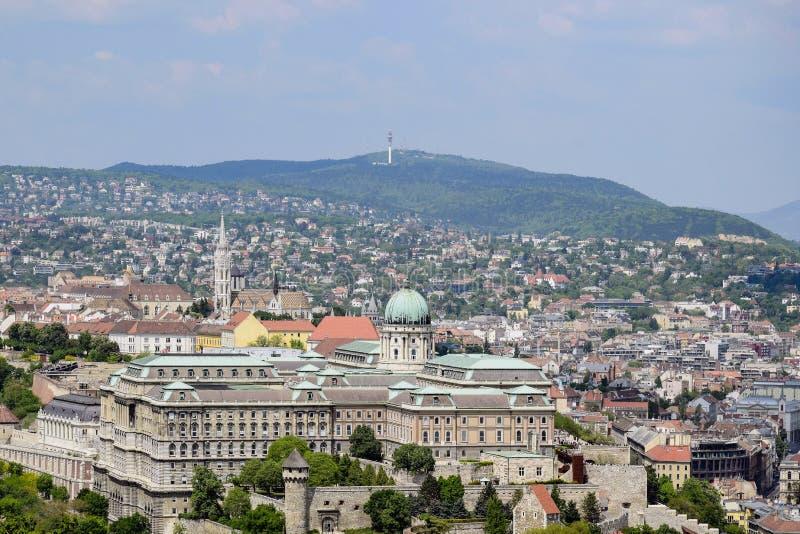 Ansicht über Budapest von der Aussichtsplattform des Gellert-Hügels, Ungarn Alte Häuser im Hintergrund von Bergen und stockfotos
