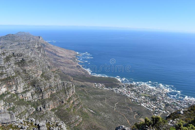 Ansicht über Cape Town vom großen Tafelberg in Südafrika lizenzfreie stockfotos