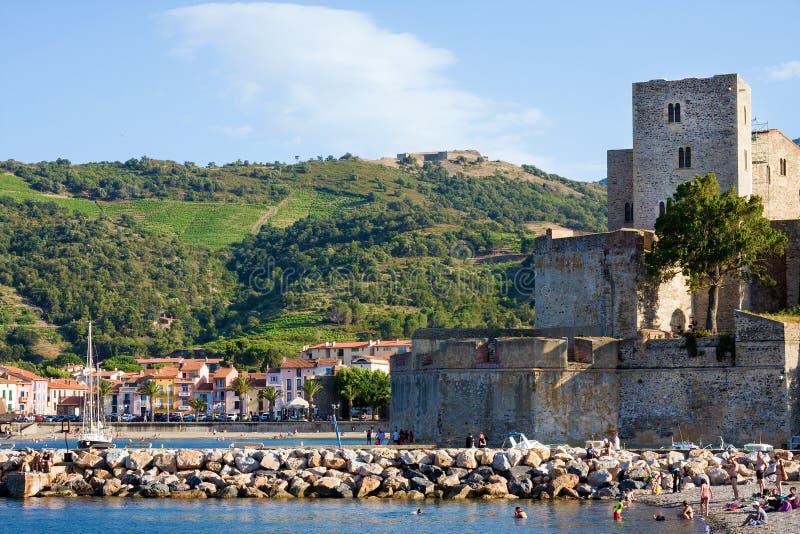 Ansicht über Chateau Royal de Collioure im kleinen Dorf von Colliure, südlich von Frankreich lizenzfreies stockfoto