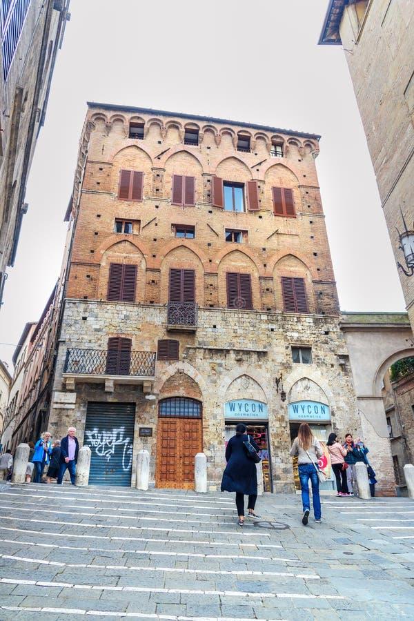 Ansicht über Costa Barbieri-Straße von Piazza Del Campo in Siena Italien lizenzfreies stockfoto
