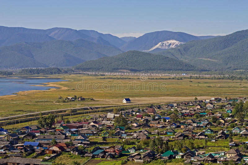 Ansicht über das Dorf mit bunten Häusern auf dem Ufer vom Baikalsee in den Bergen im Sommer lizenzfreies stockfoto