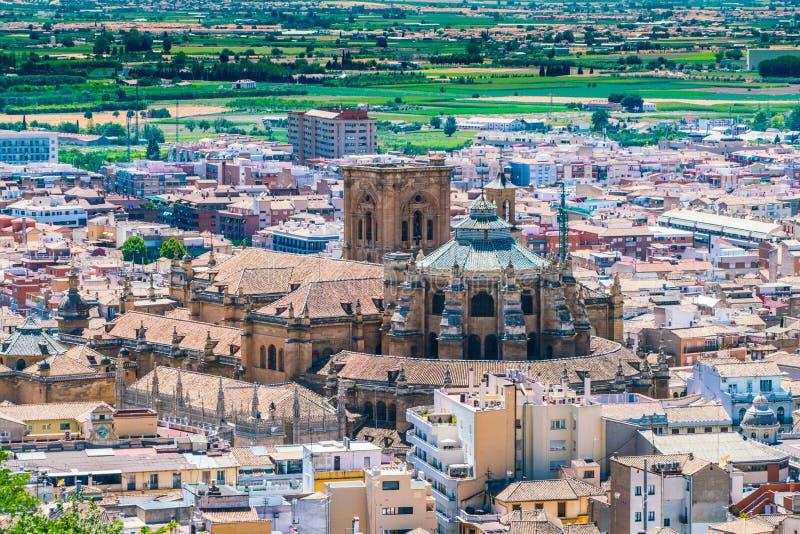Ansicht über das Granada Catedral von der alten Stadt von La Alhambra lizenzfreies stockfoto