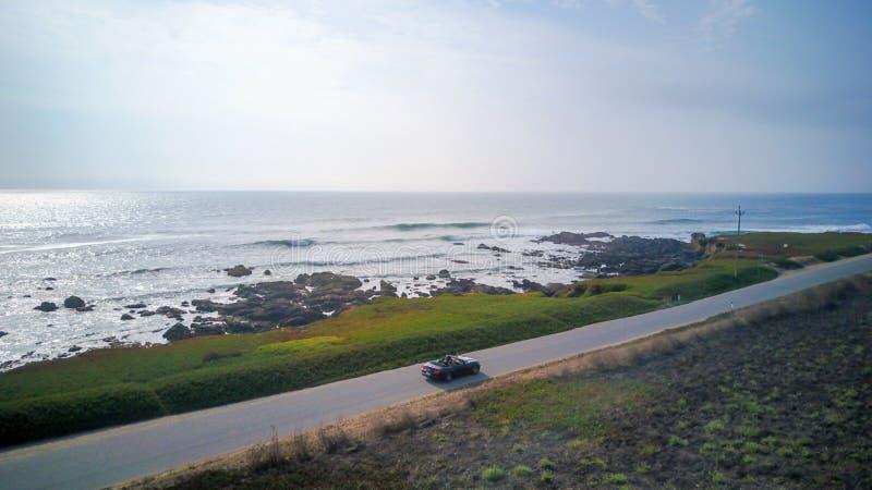 Ansicht über das Kabriolett Ford Mustangs GT durch den Pazifischen Ozean stockfotos