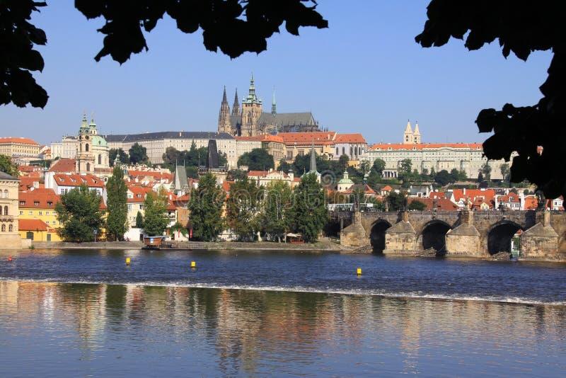 Ansicht über das Prag-gotische Schloss mit dem C stockbilder