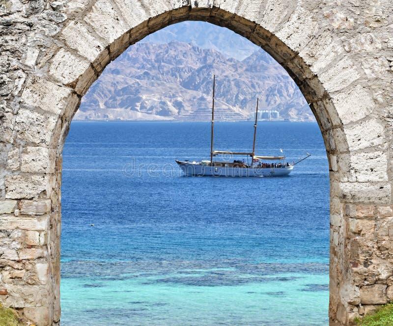 Ansicht über das Rote Meer, die Yacht und das Aqaba, Elat Israel lizenzfreie stockbilder