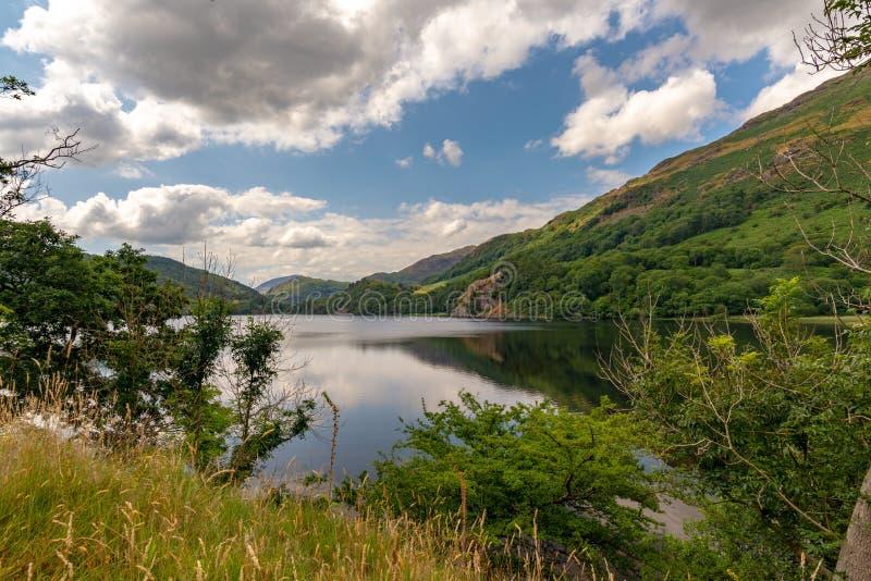 Ansicht über das ruhige Wasser von Llyn Gwynant, Wales lizenzfreies stockbild