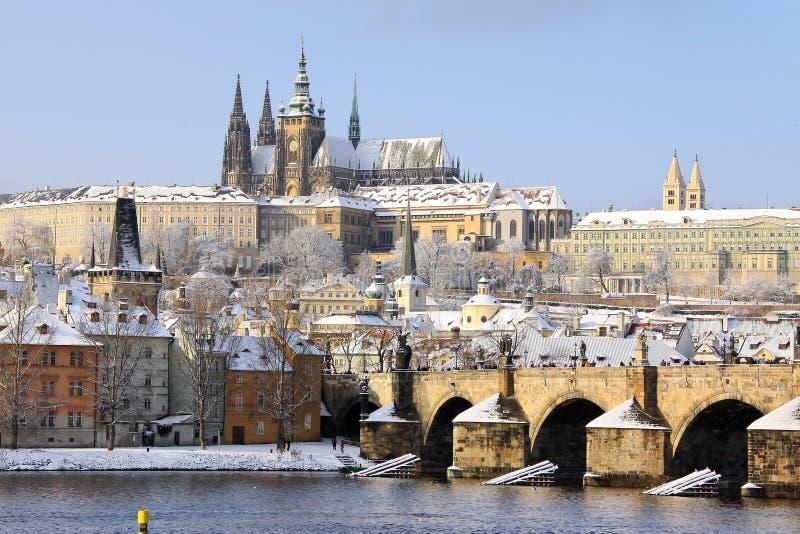 Ansicht über das schneebedeckte gotische Schloss Prags mit Charles Bridge, Tschechische Republik stockbild