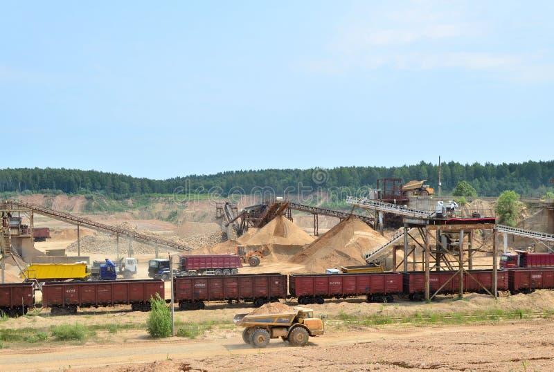 Ansicht über den Bergbausteinbruch Anlage für den Produktionssand und -kies für das Baugewerbe lizenzfreie stockfotos