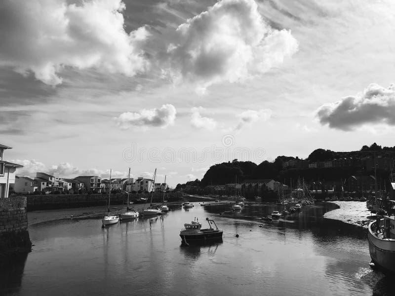 Ansicht über den Fluss mit Booten stockbild