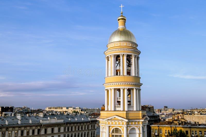 Ansicht über den Glockenturm Vladimir Cathedrals in St Petersburg lizenzfreie stockfotografie
