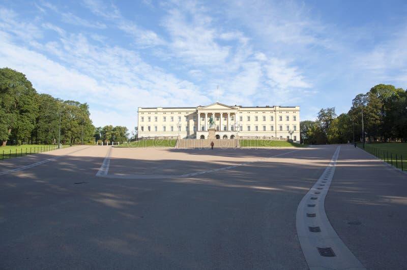 Ansicht über den königlichen Palast in Oslo lizenzfreie stockfotografie