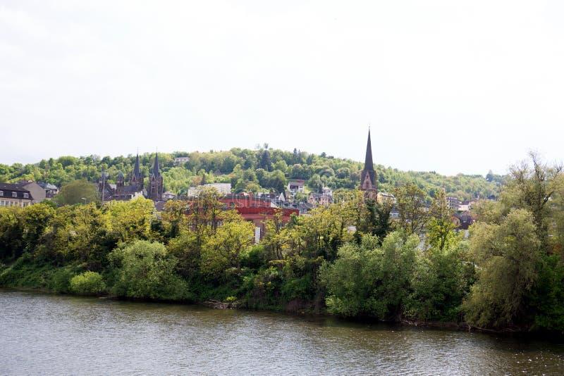 Ansicht über den Kirchenkirchturm und -gebäude nahe dem Rhein im bingen morgens Rhein in Hessen Deutschland stockfotos