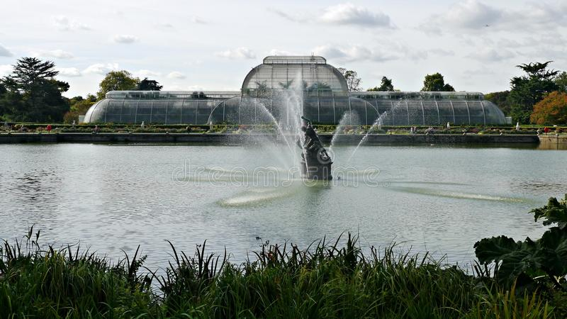 Ansicht über den See in Richtung zum Palmen-Haus an kew botanischen Gärten in Surrey stockbild