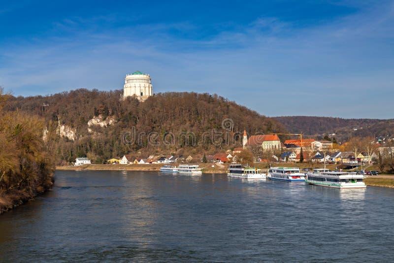 Ansicht über die Donau zur Befreiung Hall in Kelheim lizenzfreie stockbilder