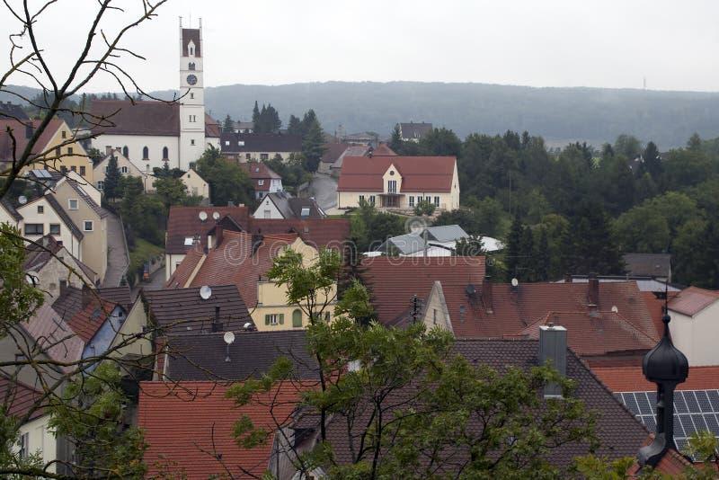 Ansicht über die Dorfdachspitzen zur Kirche lizenzfreie stockfotos