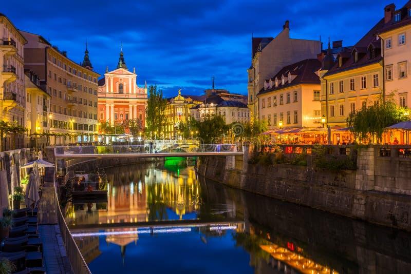 Ansicht über die Franziskanerkirche der Ankündigung bis zum Nacht lizenzfreie stockfotografie