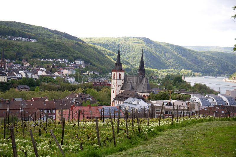 Ansicht über die Kirche nahe bei dem Rhein im bingen sind in Hessen Deutschland hauptsächlich stockbilder