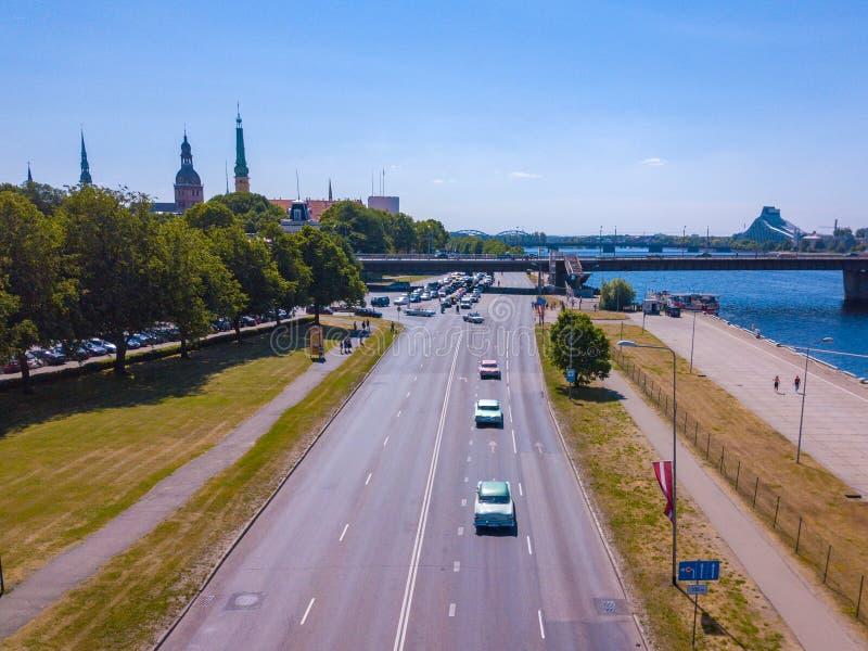 Ansicht über die klassische amerikanische Retro- Autoparade in Riga, Lettland lizenzfreie stockbilder