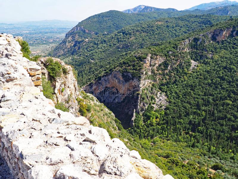 Ansicht über die Landschaft von der Gipfelfestung am alten Standort von Mystras, Griechenland stockbilder