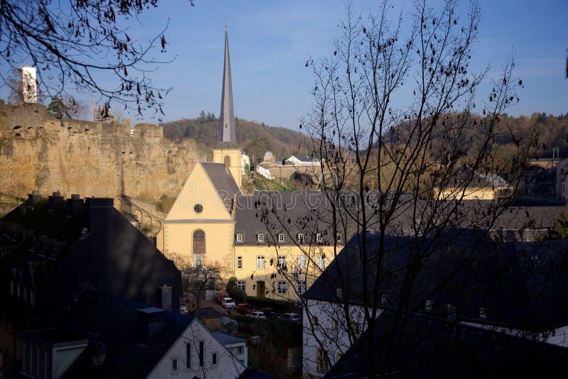 Ansicht über die Neumunster-Abtei in der alten Stadt von Luxemburg lizenzfreie stockfotos
