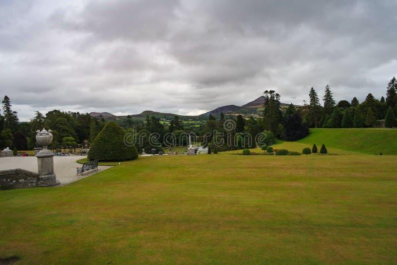 Ansicht über die Powerscourt-Gärten des 18. Jahrhunderts mit Wicklow-Bergen im Hintergrund lizenzfreie stockbilder